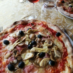 @pink.turtle.blog/ La Roca (pizza 4 stagioni)