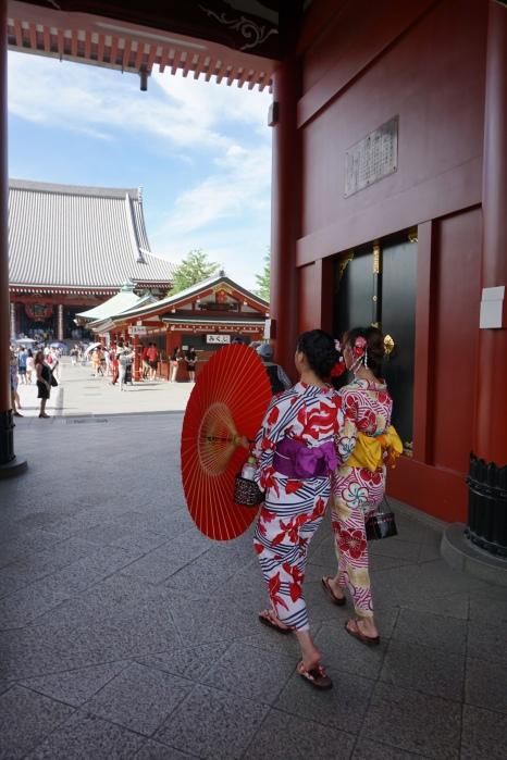 Jeunes femmes en yukata, avec ombrelle (Sensoji, Tokyo)/ @pink.turtle.blog