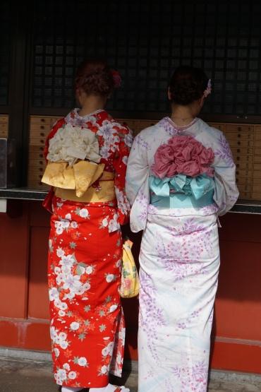 Jeunes femmes en yukata (Sensoji, Tokyo)/ @pink.turtle.blog