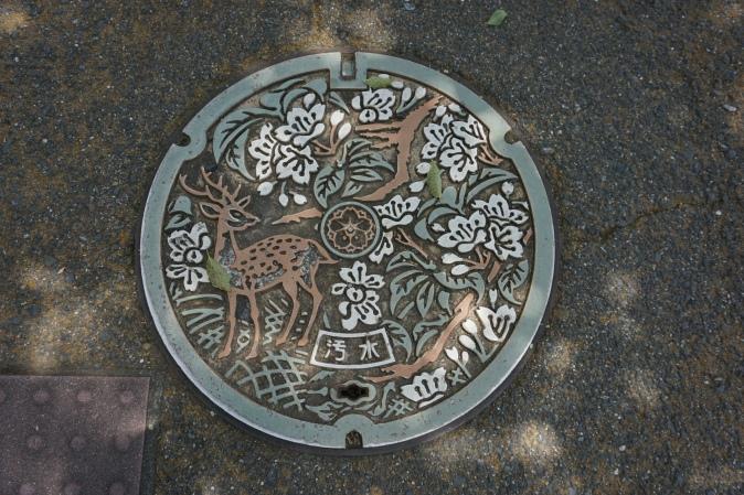 Plaque d'égout de Nara/ @pink.turtle.blog