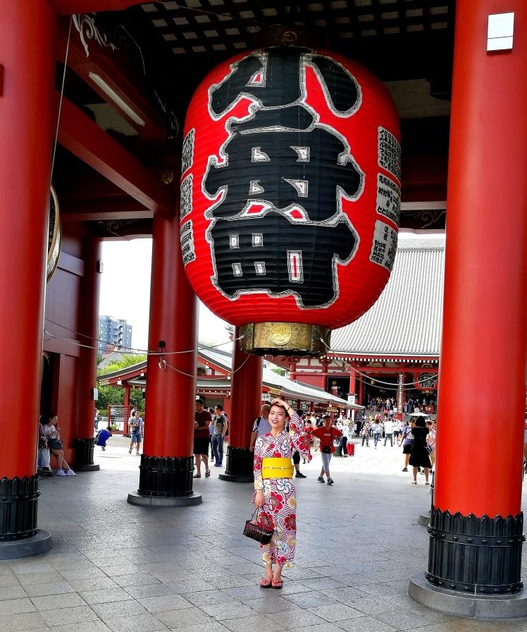 séance photo au temple Sensoji pour de nombreux japonais/ @pink.turtle.blog