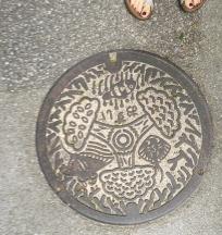 Plaque d'égout, île d'Ishigaki/ @pink.turtle.blog