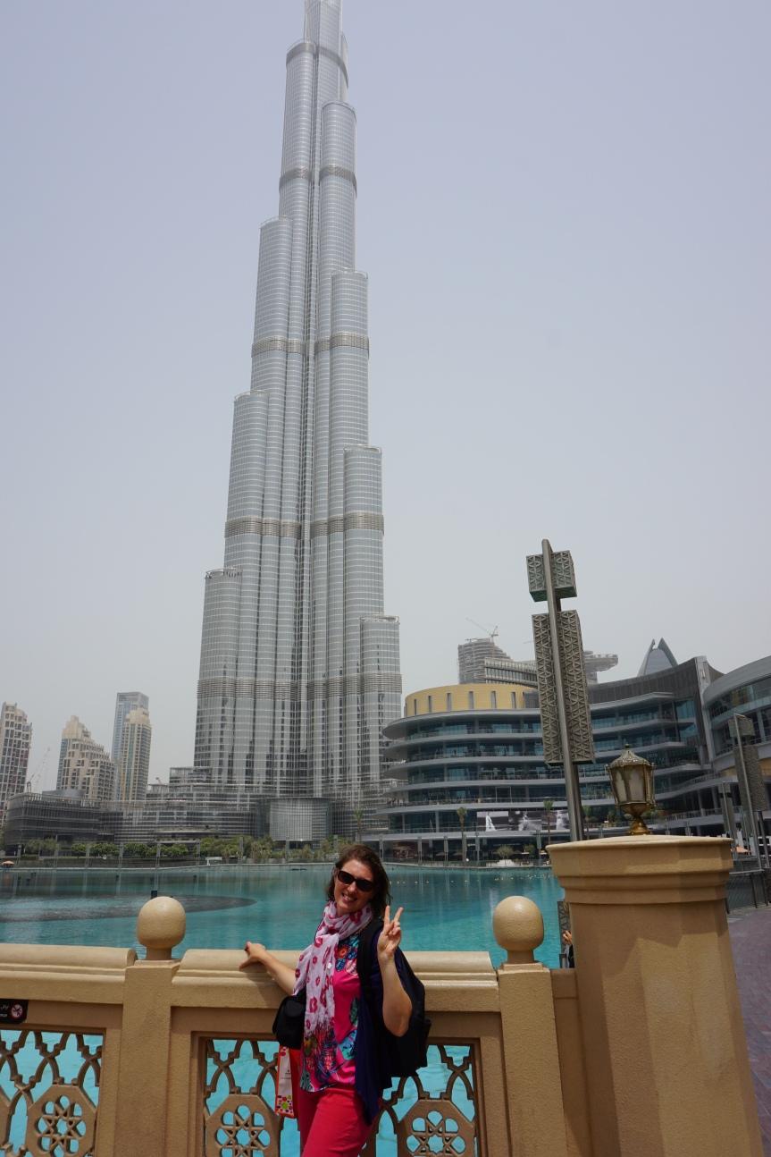 Devant le Burj Khalifa, Dubaï/ @pink.turtle.blog