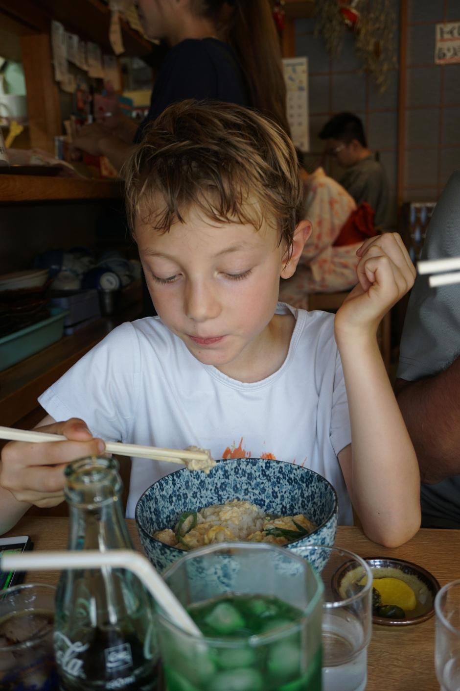 Petit restaurant de ramen près du pont Togetsukyo/ @pink.turtle.blog
