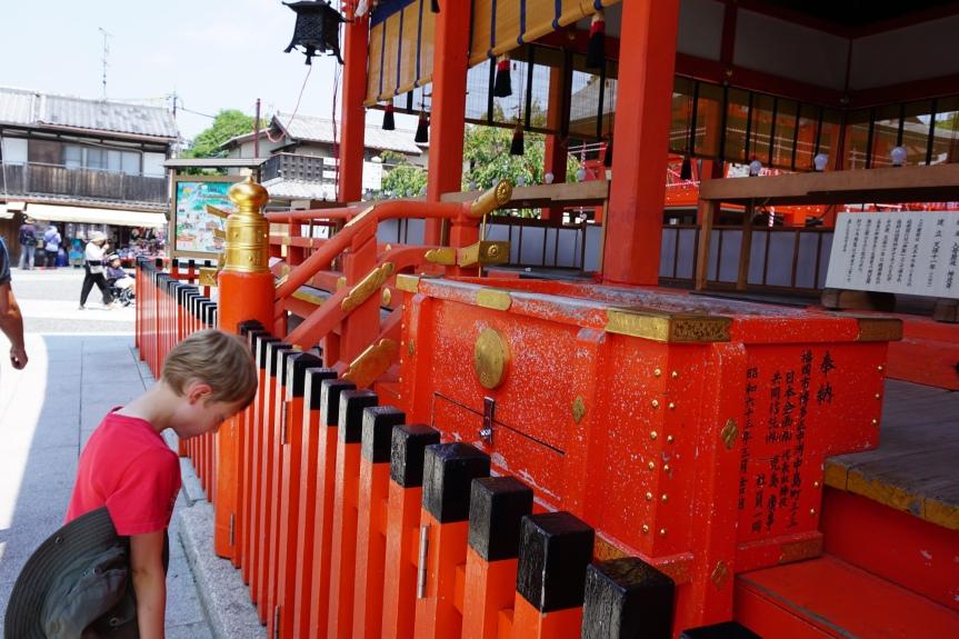 Prière à l'entrée du Fushimi Inari/ @pink.turtle.blog
