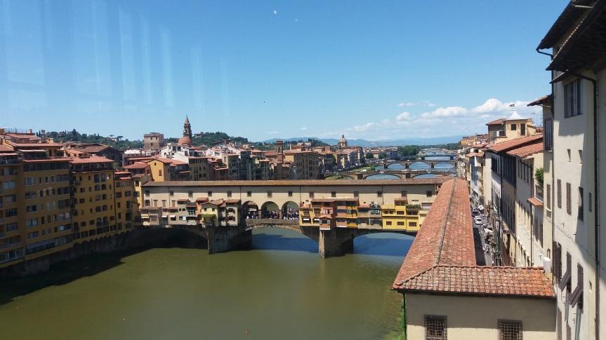Ponte Vecchio vu depuis la galerie des Offices/ @pink.turtle.blog