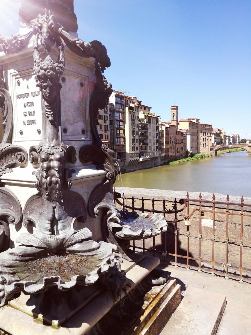 Fontaine du Ponte Vecchio/ @pink.turtle.blog