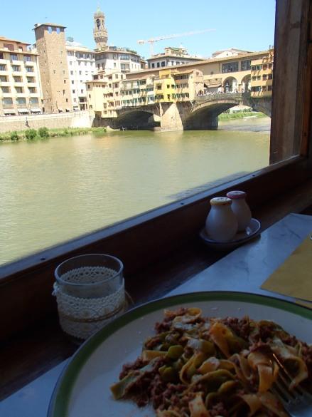 Déjeuner face au Ponte Vecchio/ @pink.turtle.blog