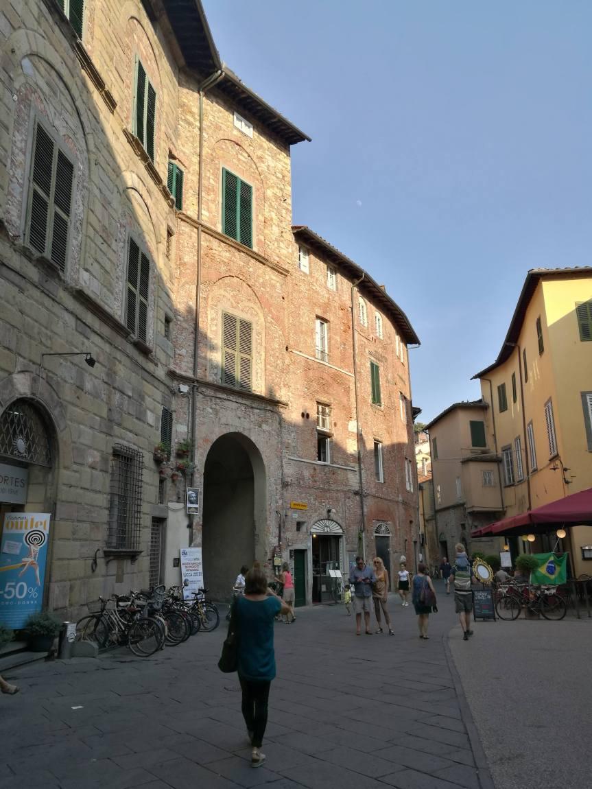 Entrée de la place de l'amphithéâtre, Lucca/ @pink.turtle.blog