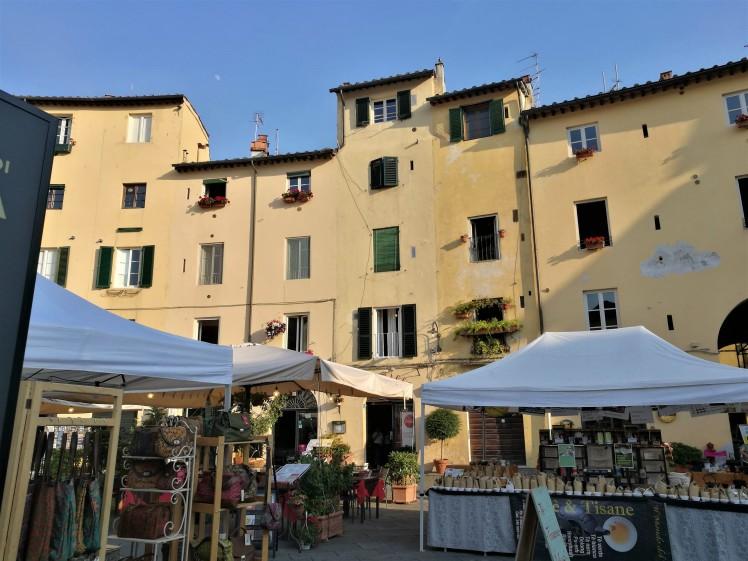 Place de l'amphithéâtre, Lucca/ @pink.turtle.blog