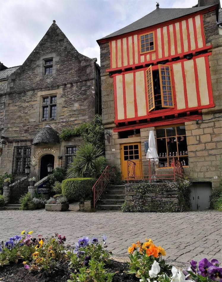 Le vieux centre de Rochefort-en-terre @pink.turtle.blog