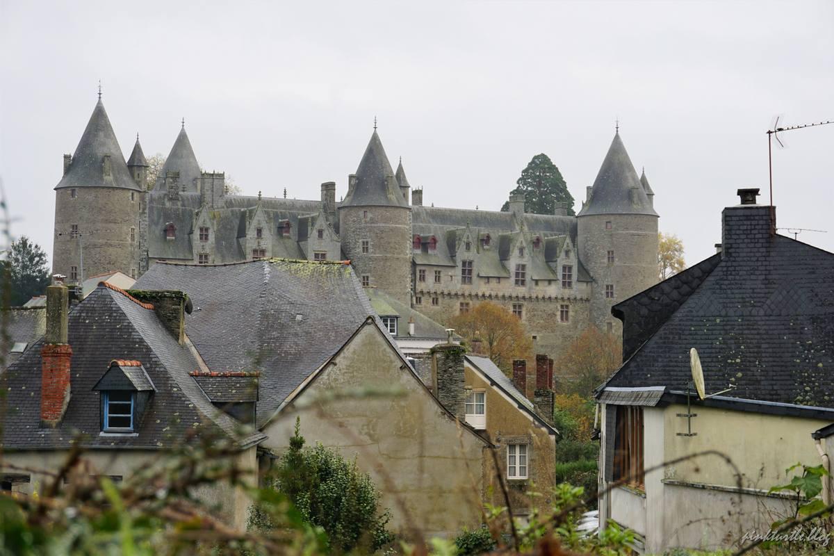 Vue sur le château depuis la vieille ville @pink.turtle.blog