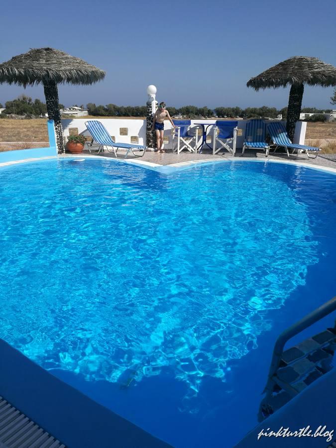 Piscine de notre hôtel à Santorin @pink.turtle.blog
