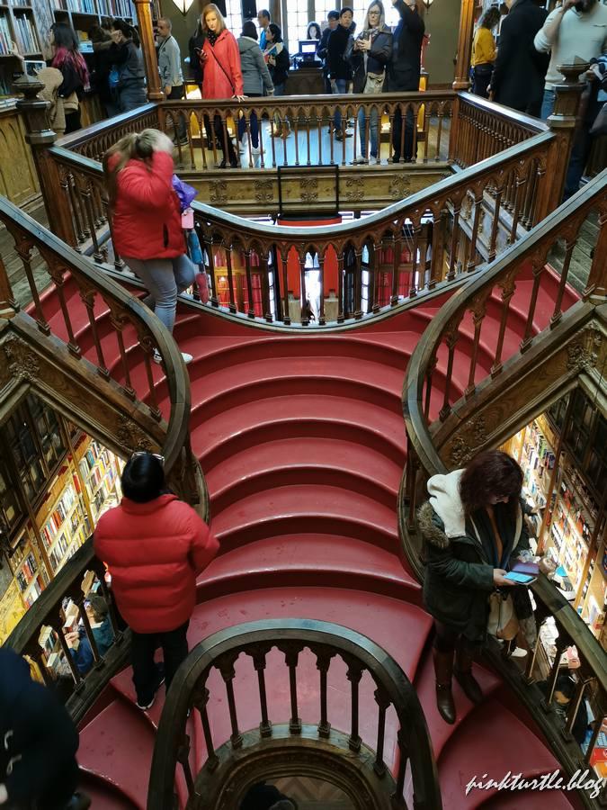 Escaliers de la Librairie Lello @pink.turtle.blog